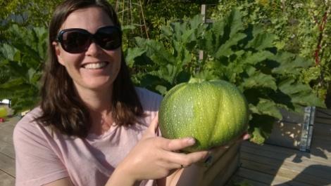 Å høste sine egne grønsaker er gøy!